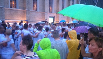 FOTO: Novosađani sa Brazilcima plesali u kabanicama i sa kišobranima