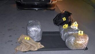 """PETROVARADIN: U prtljažniku """"pasata"""" prevozila 20 kilograma """"trave"""" i pet pištolja (FOTO)"""