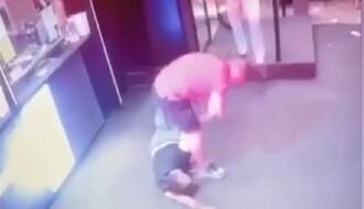 UZNEMIRUJUĆI VIDEO: Brutalno prebijanje mladića u NS, onesvešćenom mu lomio ruke