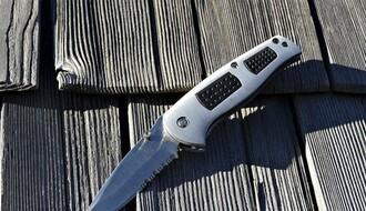 BEČEJ: Opljačkali prodavnicu uz pretnju nožem i uzeli zlatan lančić od radnice