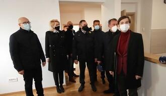 FOTO: Premijerka uručila ključeve novih stanova na Jugovićevu, useljenje od večeras