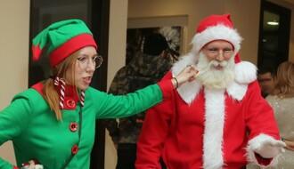 NOVOSAĐANI: Supružnici u ulozi Deda Mraza i vilenjaka šire radost tokom praznika