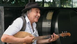 Nasmejani ulični tamburaš prirastao Novosađanima za srce (FOTO & VIDEO)