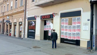FOTO: Plakati političke sadržine izlepljeni po širem centru Grada, naruženo Novosadsko pozorište