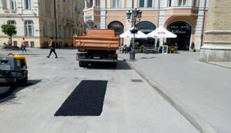 "FOTO: Radnici JKP ""Put"" sanirali oštećenja na asfaltu ispred katedrale"