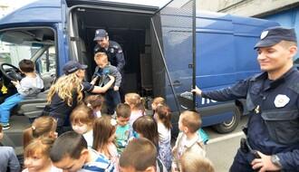 """FOTO: Mališani iz vrtića """"Kolibri"""" posetili novosadske policajce"""