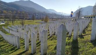 Zbog negiranja zločina u Srebrenici, prolivena crvena farba pre promocije Šešeljeve knjige u NS