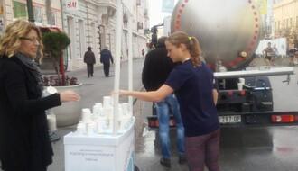 "FOTO: JKP ""Vodovod i kanalizacija"" osvežilo učesnike 25. Novosadskog maratona"