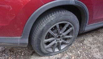 """FOTO: Članu Saveta MZ """"Liman"""" tokom noći isečene gume na automobilu"""