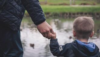 VERSKI OBIČAJI: Danas su Očevi, deco vežite tate