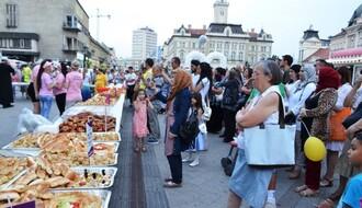 FOTO: U Zmaj Jovinoj ulici obeležen kraj Ramazanskog posta