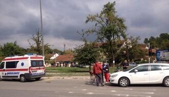 FOTO: Automobil udario biciklistkinju na raskrsnici