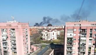 DIM NAD GRADOM: Zapalilo se skladište automobilskih guma u Jovana Hranilovića