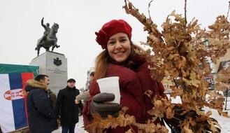 Na Trgu republike građanima deljeni besplatni badnjaci