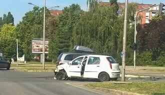 NOVO NASELJE: Silovit sudar kod crkve, povređen vozač (FOTO)