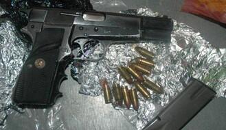 HORGOŠ: U automobilu pronađeno pet pištolja, municija i više kila droge (FOTO)