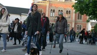 Novosađanka koja na štakama učestvuje na protestima dobija novu protezu