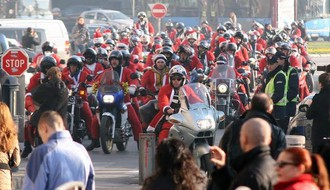 Moto Deda Mrazovi podelili paketiće najmlađima
