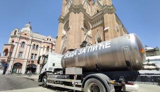 Cisterne s pijaćom vodom postavljene na dve lokacije u gradu