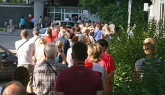 MALI OGLASI: Novosađanin čeka u redu ispred Socijalnog umesto vas