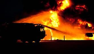 Na auto-putu kod Kaća izgoreo kamion pun dušeka za krevete