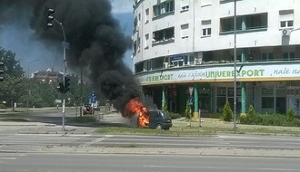 Novo naselje: Zapalio se automobil u pokretu (VIDEO)
