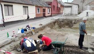 Grobnice stare 200 godina u centru Novog Sada (VIDEO)