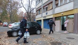 """FOTO: Radnici """"Parking servisa"""" dostavljaju dezinfekciona sredstva za dezobarijere u zgradama"""