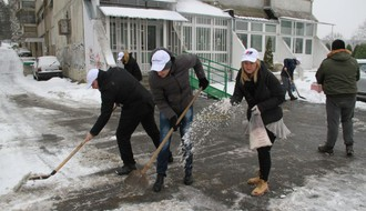 """POMOZIMO KOMŠIJI"": Aktivisti SNS pomažu građanima u čišćenju snega (FOTO)"