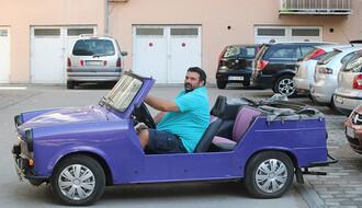 NOVOSAĐANI: Autor pab kviza i di-džej za volanom ljubičastog trabanta