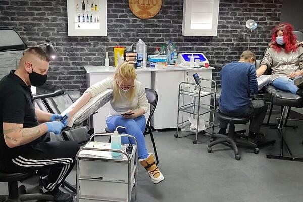FOTO: Detelinarci tetoviraju simbol svog kraja u humanitarne svrhe
