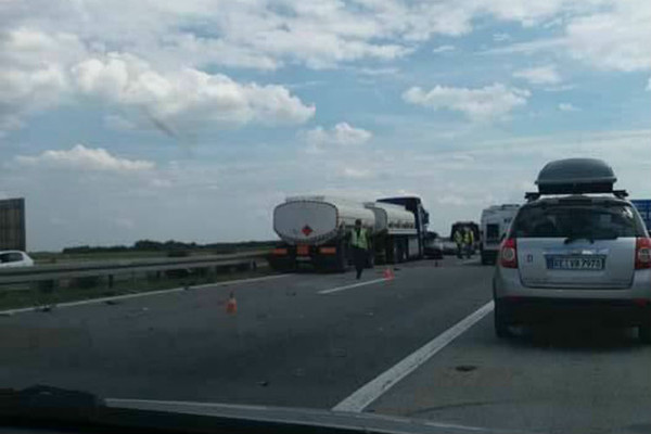Lančani sudar na autoputu Novi Sad –  Beograd (FOTO)