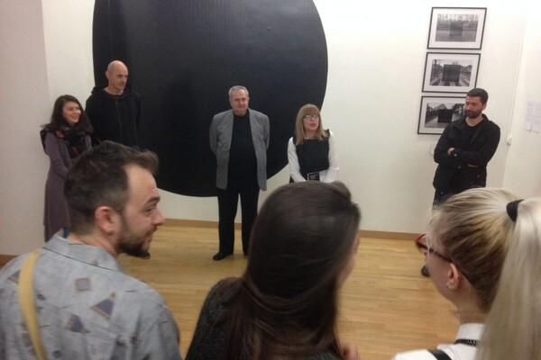 """FOTO: U Parizu otvorena izložba """"Nepodnošljiva lakoća tranzicije"""" vojvođanskih umetnika"""
