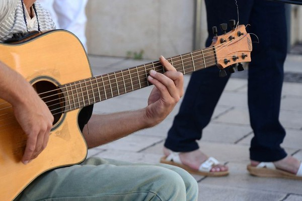 """Uličnom sviraču vandali polomili gitaru, """"Tate Novosađani"""" mu kupili novu"""