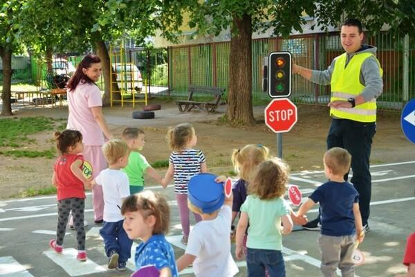 """FOTO: Mališani iz vrtića """"Mrvica"""" družili se s policajcima i vatrogascima"""