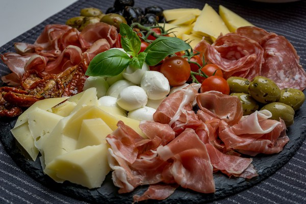 DELIKATESNA PONUDA: Gde u NS možete da kupite pravu italijansku pršutu, a gde prodaju originalni francuski sir