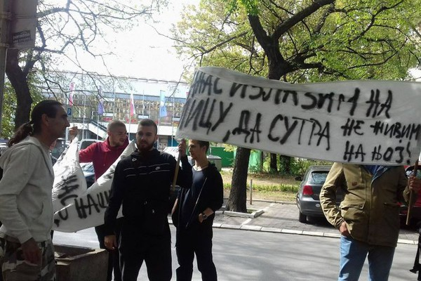 NAKON ISELJENJA: Porodica Jakšić traži pravdu ispred zgrade suda