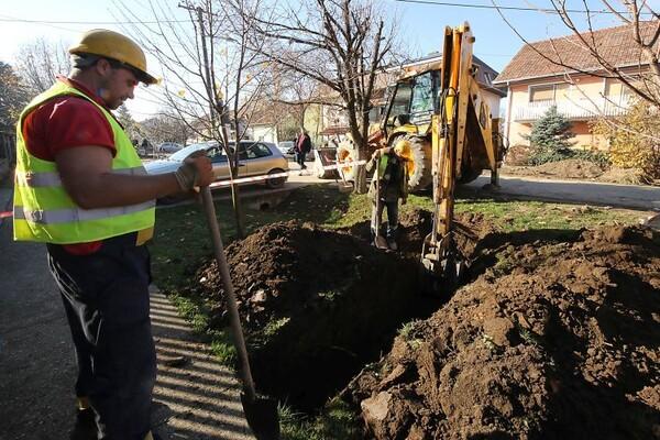 FOTO: Posle više od 20 godina meštani Rumenke dobijaju kanalizaciju