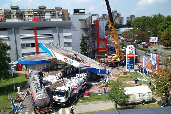Počela akcija uklanjanja nadstrešnice NIS-ove pumpe koja se srušila (FOTO)