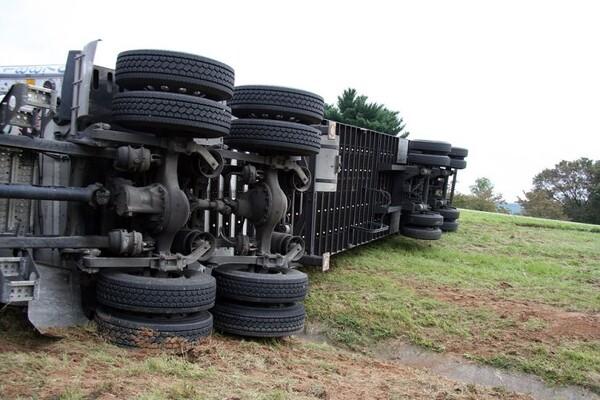 Prevrnuo se kamion na ulazu u Novi Sad