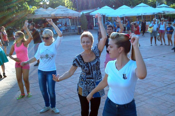 Mame Novosađanke plesale na Štrandu (FOTO)