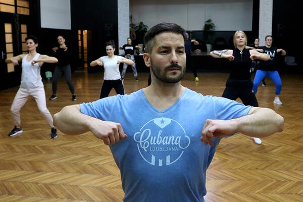 NOVOSAĐANI: Plesno umeće sugrađanima prenosi kroz regeton i salsu (FOTO)