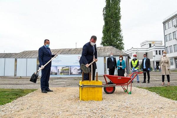 Foto Polozen Kamen Temeljac Za Izgradnju Novog Bloka Medicinskog