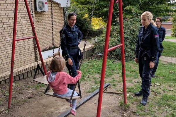 FOTO: Budući policajci i policajke posetili Dečije selo u Sremskoj Kamenici