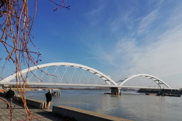 Žena visila sa Žeželjevog mosta, građani je spasili