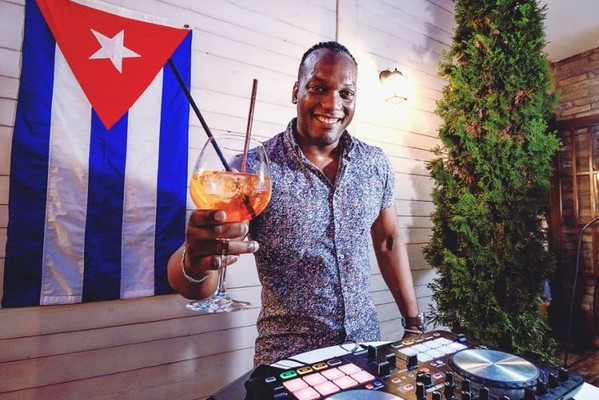 NOVOSAĐANI: Kubanac koji nas razmrdava autentičnim latino ritmovima (FOTO)