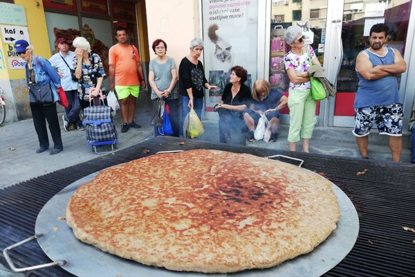 RIBLJA PIJACA: Leskovčani ispekli pljeskavicu od 35 kilograma (VIDEO I FOTO)