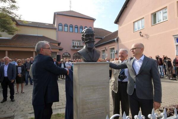 Novinar Dušan Šijački dobio bistu u centru Futoga