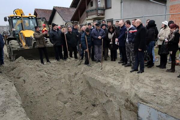 KAĆ: Petrovdansko naselje dobija kanalizaciju (FOTO)