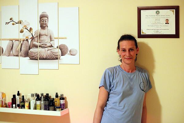 NOVOSAĐANI: Obavljanjem tajlandske masaže ne dopušta bolesti da pobedi